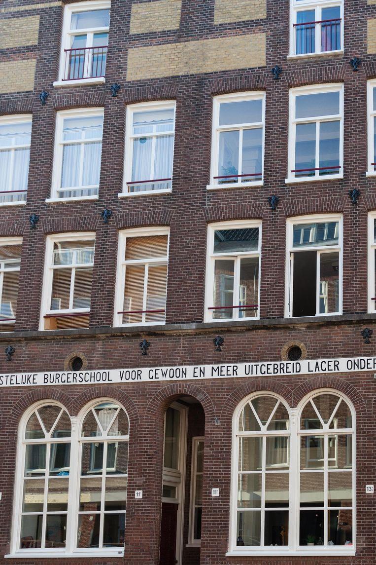 12 juni wandelden we langs de voormalige Christelijke Burgerschool voor Gewoon en meer Uitgebreid Lager Onderwijs, geopend op 5 augustus 1878 in de Fokke Simonszstraat. Winnaar van het jaarabonnement op Ons Amsterdam is Myrthe Bleeker. Beeld Nina Schollaardt