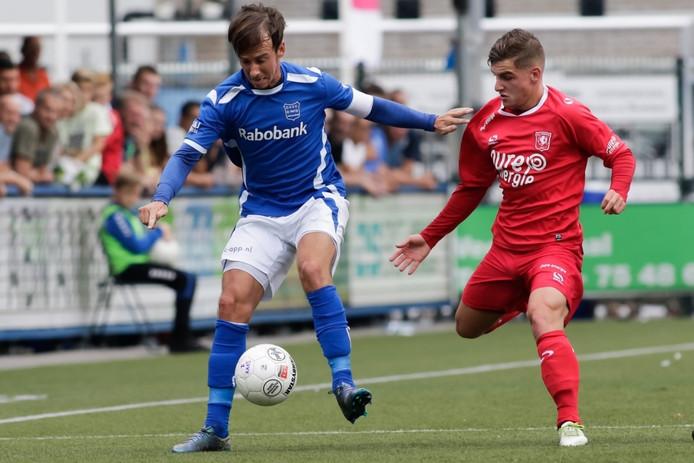 GVVV-aanvoerder Roy Terschegget (links) in duel met een speler van Jong FC Twente.