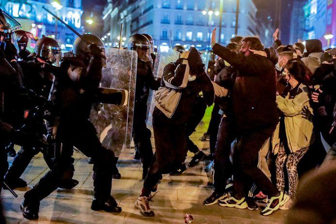 Demonstranten raken slaags met de politie in Madrid.