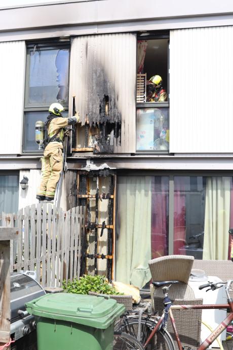 Buitenbrand slaat over in woning aan Kopkas Delft, schade is flink