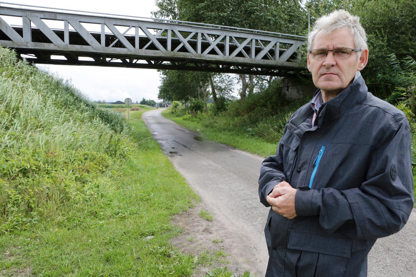 Anton van Tuijl bij een van de oude Langstraatspoorbruggen tussen Waalwijk en Drunen.