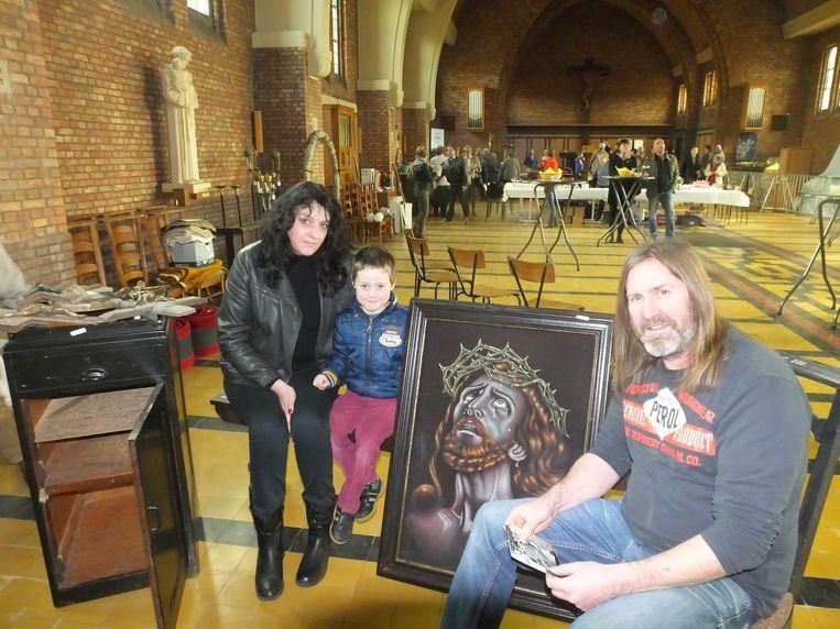 Marc Victor, Kathy Verhaege en hun zoon Jobbe met hun buit die Marc weer gaat verkopen op de rommelmarkt.