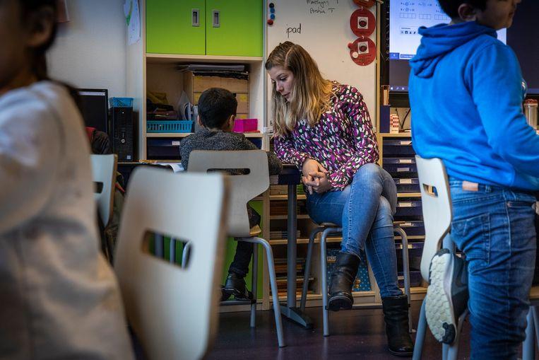Juf Marije in gesprek met een leerling van groep 5 op basisschool De Horizon.  Beeld Dingena Mol