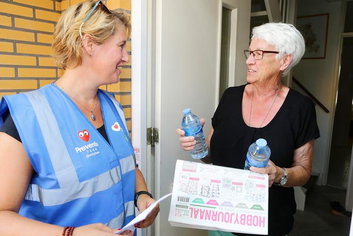 Leden van de buurtpreventieteams in Gorinchem gingen afgelopen zomer bij ouderen langs om hun voor te lichten over wat te doen tijdens het hete weer en om flesjes water uit te delen.