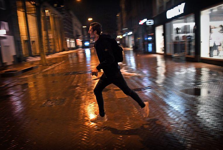 21.05 uur, Nijmegen. Rennen. De avondklok is vijf minuten geleden ingegaan.  Beeld Marcel van den Bergh / de Volkskrant