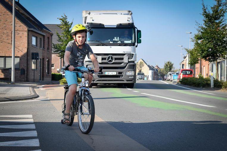 Jasper Cool fietst hier op het kortje stukje in de Zandstraat waar reeds een fietssuggestiestrook werd aangebracht.