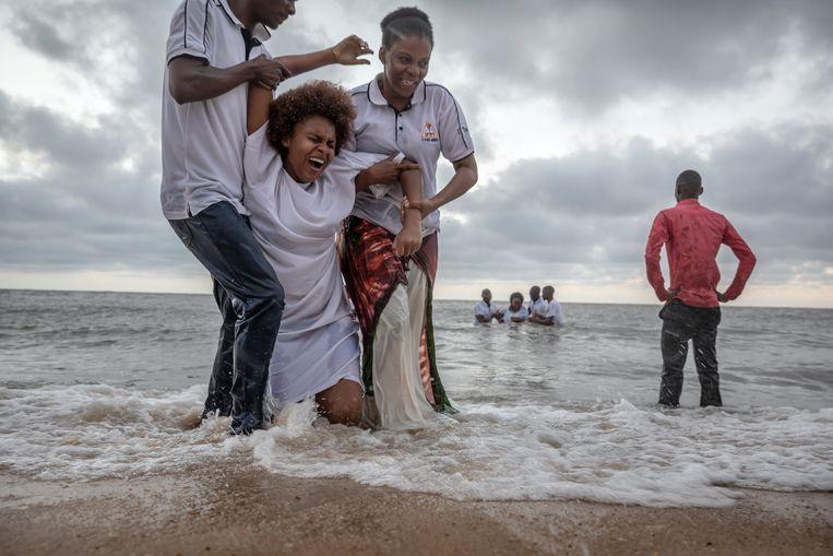 De gospelkerk Evangelie in Actie doopt mensen in de zee. Beeld Sven Torfinn