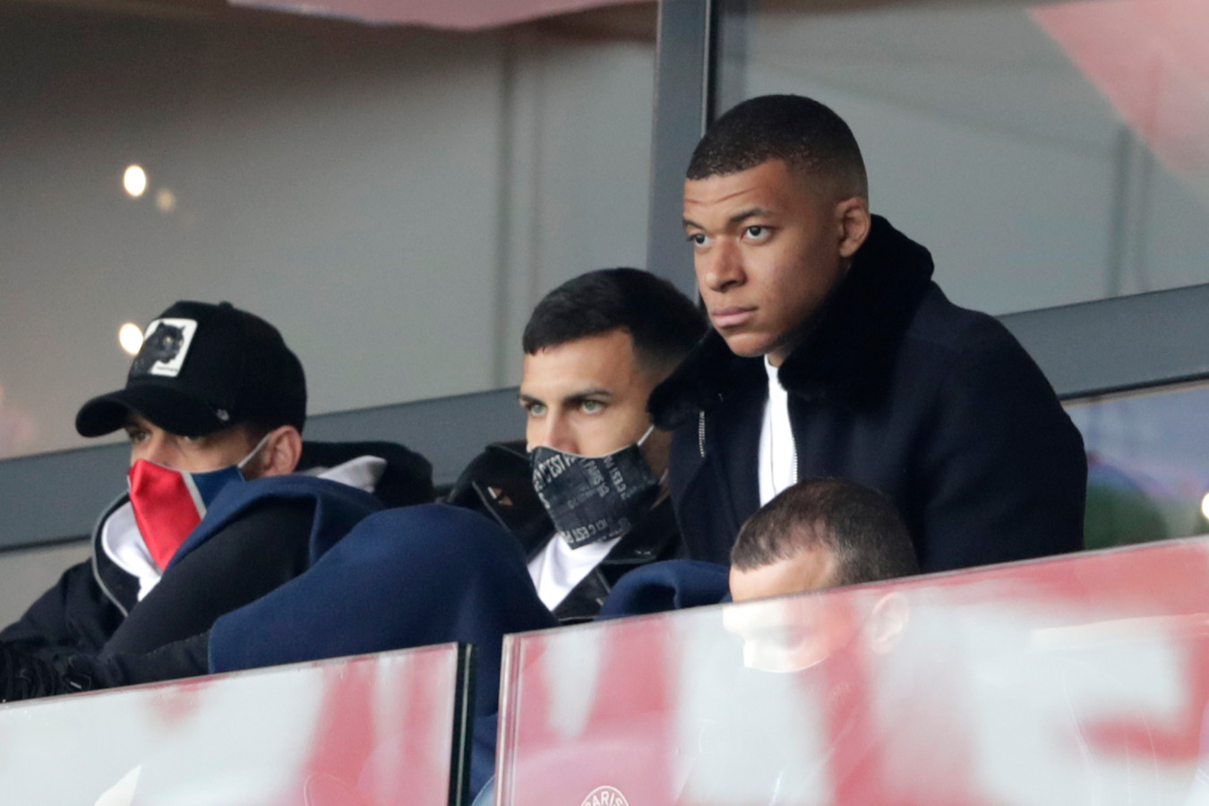 Mbappé zaterdag in de tribunes van het Prinsenpark tegen Lens.
