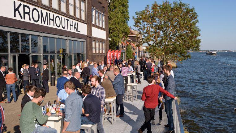 Van de Mooi Weer Bar kun je alleen genieten als de temperatuur zomers is. Beeld Kromhouthal