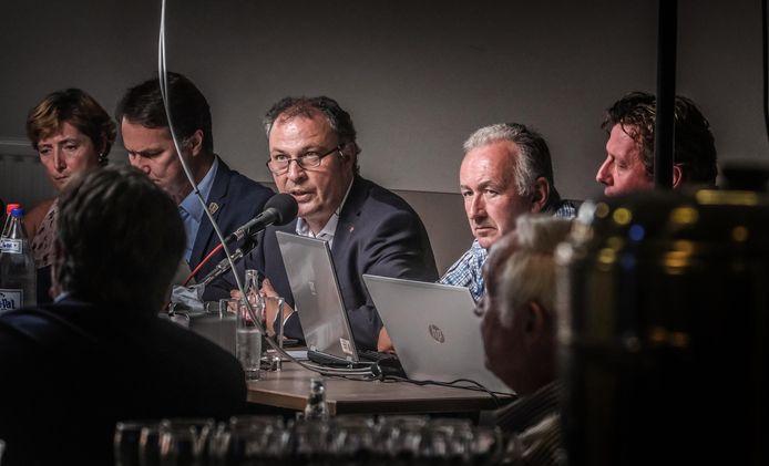 De nieuwe burgemeester van Langemark-Poelkapelle wordt Dominique Cool (N-VA, derde van rechts).