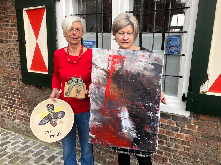Mieke Van Tichelt en Jo Ceelen met enkele van de kunstwerken die geveild worden