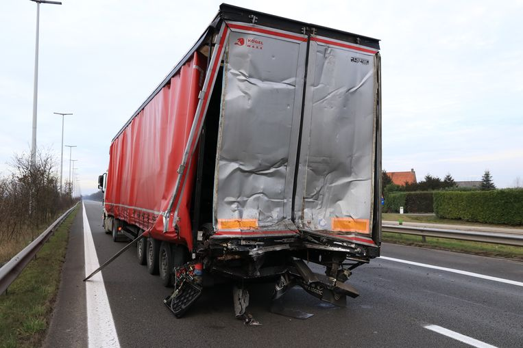 De Poolse vrachtwagen werd achteraan aangereden in de staart van de file.