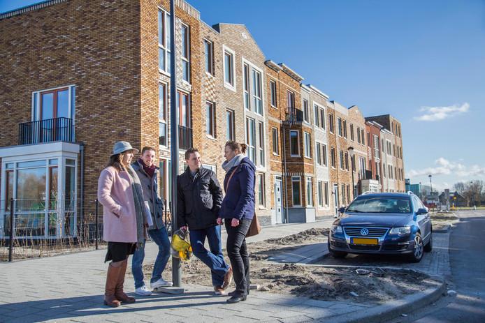 Denise Sies -van Wees, Wouter Sies, Arnold van der Harst en Dorian Hauser (v.l.n.r.) wonen straks in de Parelgraslaan in Rijswijk Buiten. De bouwstijl is geïnspireerd op wijken die eind 19de eeuw werden gebouwd.