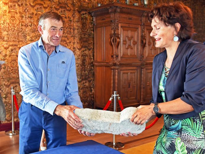 Jan Tilleman geeft burgemeester Marga Vermue een traptrede uit het kleine kasteel terug.