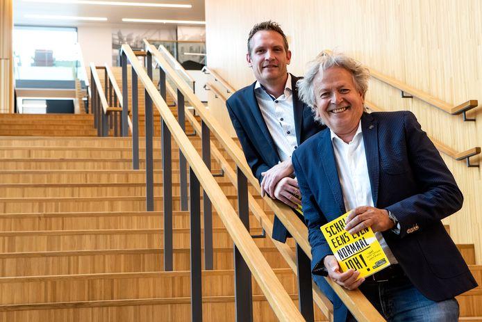 Willem Verdaasdonk (voorgrond) en Rick Evers bestrijden wollig taalgebruik met hun boek 'Schrijf eens even normaal joh!'. Ze gruwen van zinnen als 'U bent van harte welkom in ons hotel'. ,,Natuurlijk zijn mensen welkom in een hotel! Totaal overbodig om dat te melden.''