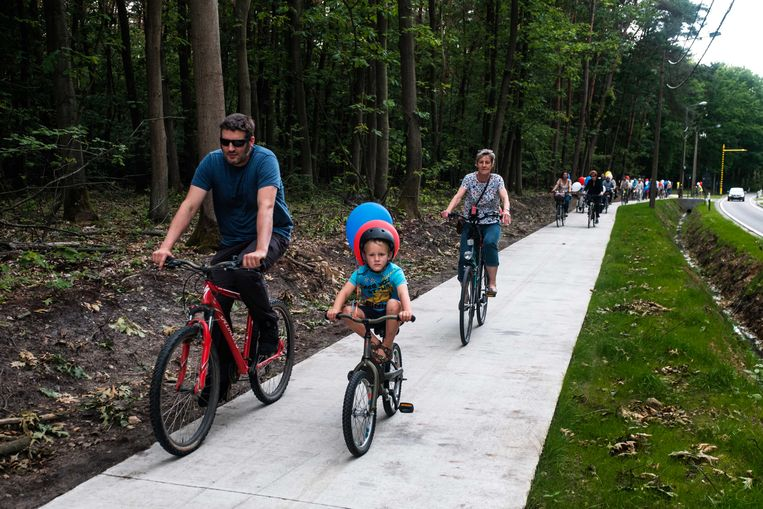 Gezinnen met kinderen hebben mee het nieuwe fietspad ingereden.