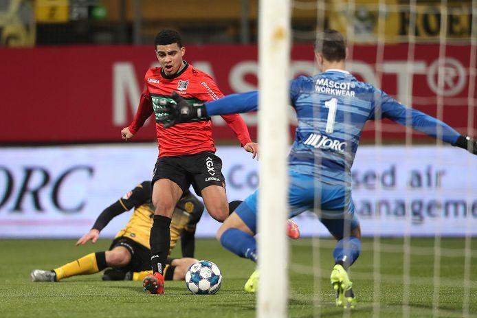 NEC-aanvaller Elayis Tavşan gaat op het doel van Roda af, maar wordt onderuit gehaald door doelman Jan Hoekstra.