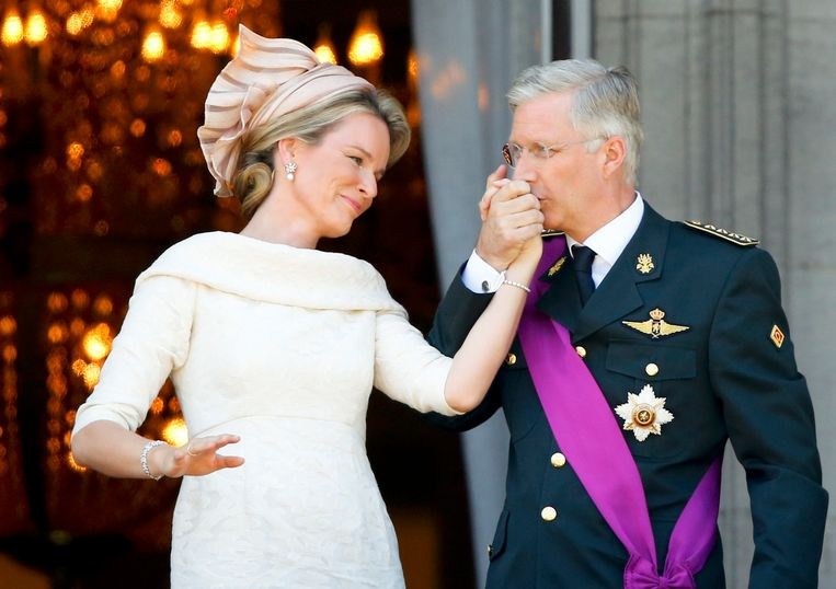 King Philippe of Belgium kisses the hand of Queen Mathilde on the balcony of the Royal Palace in Brussels July 21, 2013. Belgium is celebrating its National Day, which also marks the abdication of King Albert II of Belgium and the investiture of his eldest son Philippe.    REUTERS/Yves Herman (BELGIUM  - Tags: ENTERTAINMENT ROYALS TPX IMAGES OF THE DAY)  (KING-BELGIUM) Beeld REUTERS