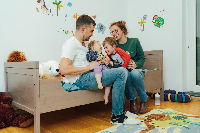 Baby Pia en haar ouders. Beeld Illias Teirlinck