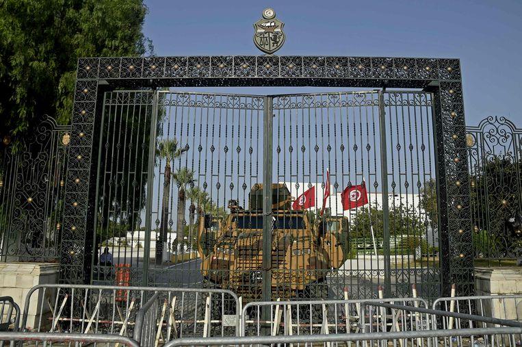 Het Tunesische leger barricadeert de ingang van het parlementsgebouw.  Beeld AFP