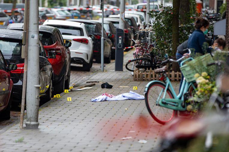 Politie doet onderzoek in de Vechtstraat. Beeld Michel van Bergen