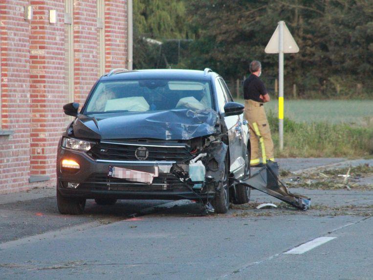 De auto die botste met de aanhangwagen is zwaar beschadigd.