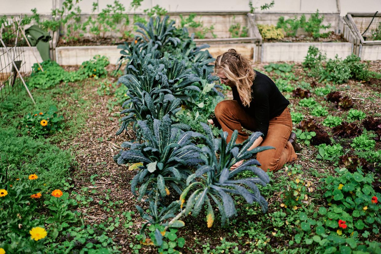 Sabien Windels van Roof Food runt al vijf jaar een dakmoestuin. In het begin gebruikte ze de tuin om bij bedrijven de lunch aan te bieden en catering te organiseren. 'Maar het was doodjammer dat niemand die prachtige moestuin te zien kreeg.' Beeld Thomas Sweertvaegher