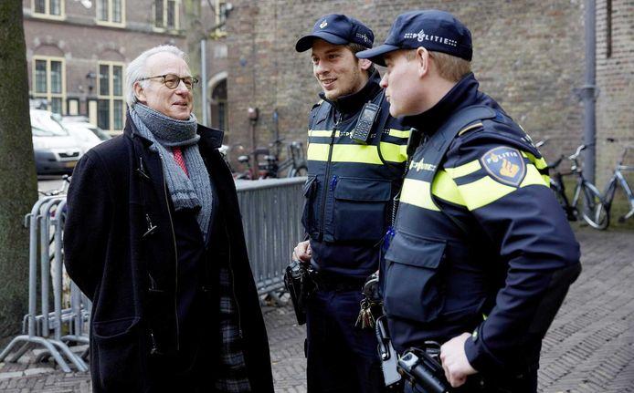 Burgemeester Jozias van Aartsen in gesprek met twee agenten op het Binnenhof.