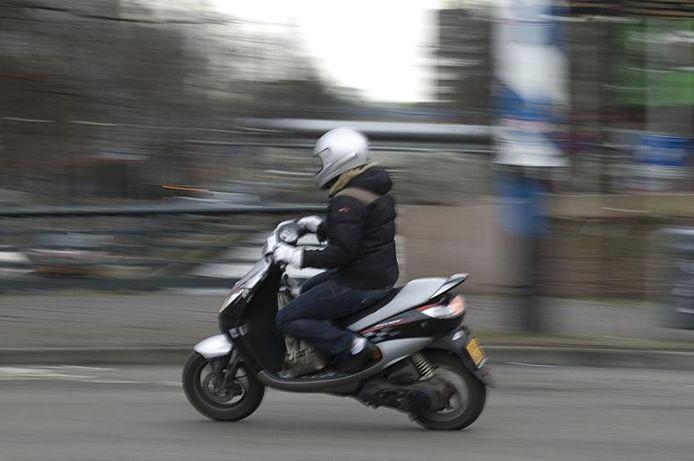 Jaarlijks belanden er zo'n 9800 scooterrijders in het ziekenhuis.