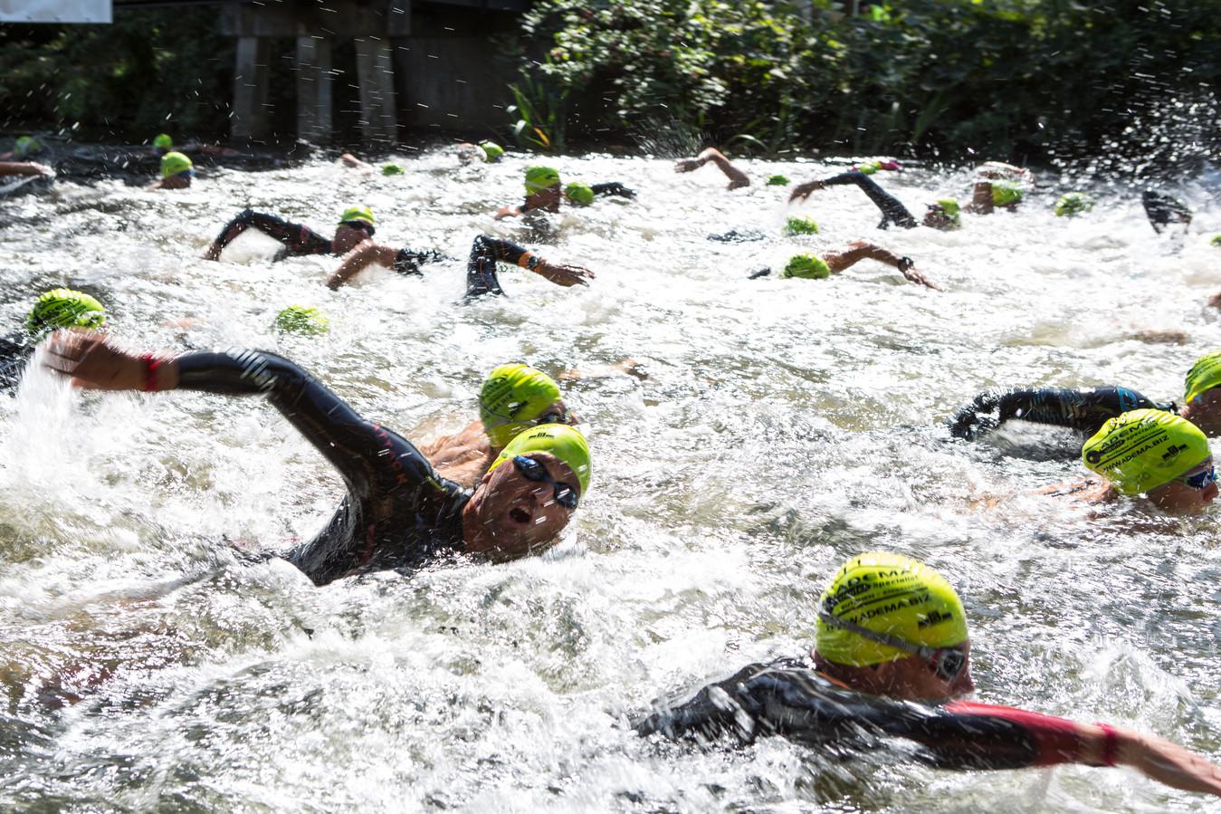 Zwemmers zijn gestart voor de drieduizend meter van De Vrije Slag Door Zutphen.