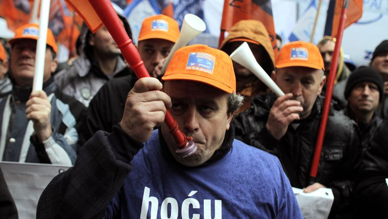 Een vakbondsprotest in Belgrado tegen beleid van de regering. Vandaag kondigde de regering aan vervroegd verkiezingen uit te schrijven. Beeld ap