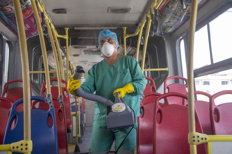 In de hoofdstad van Ecuador, Quito, worden bussen preventief ontsmet.  Beeld AFP