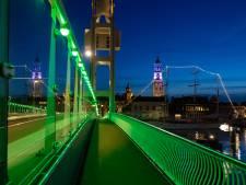 Kamper stadsbrug verschiet van kleur