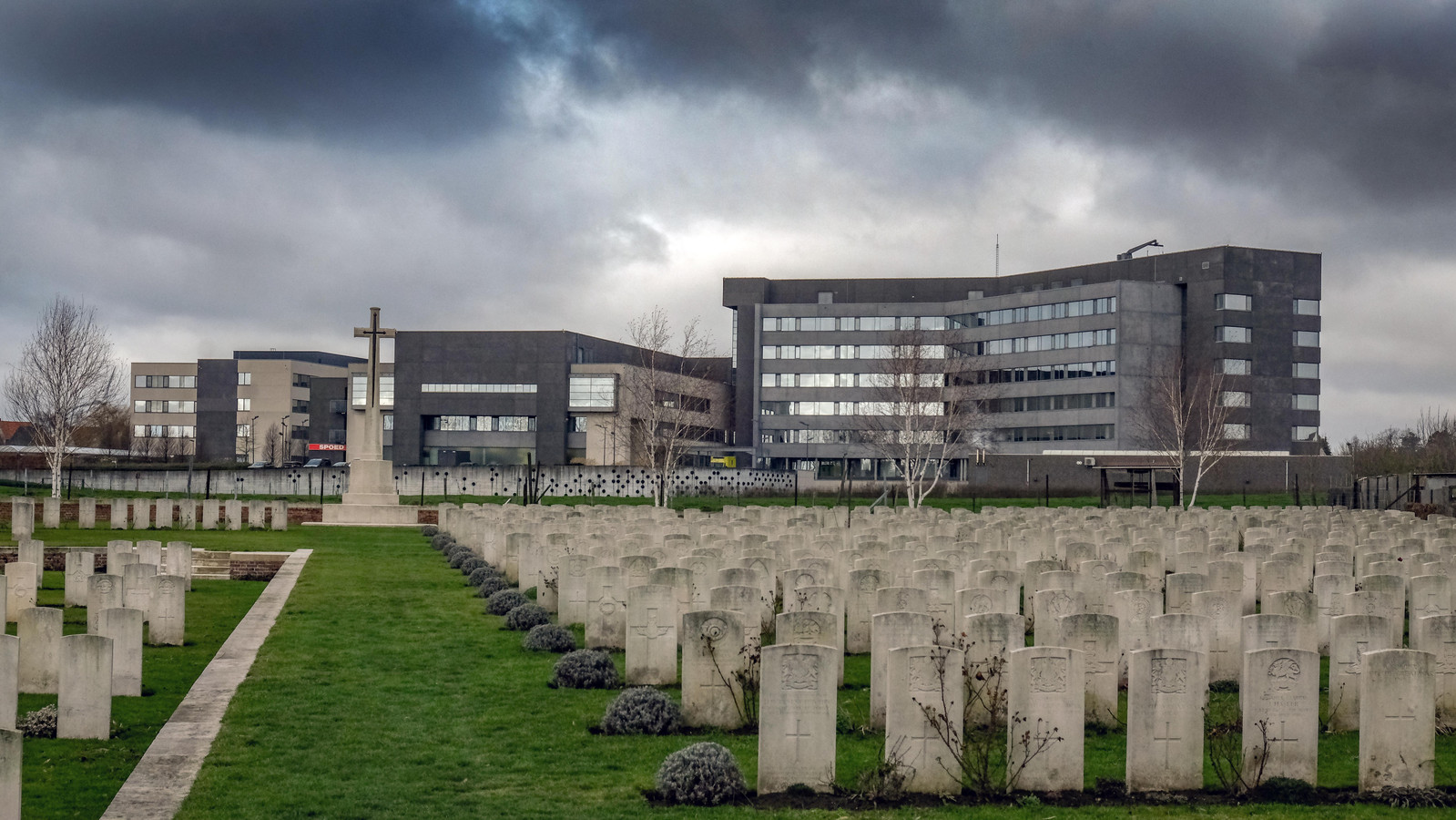 Een zicht op het ziekenhuis vanop de begraafplaats.