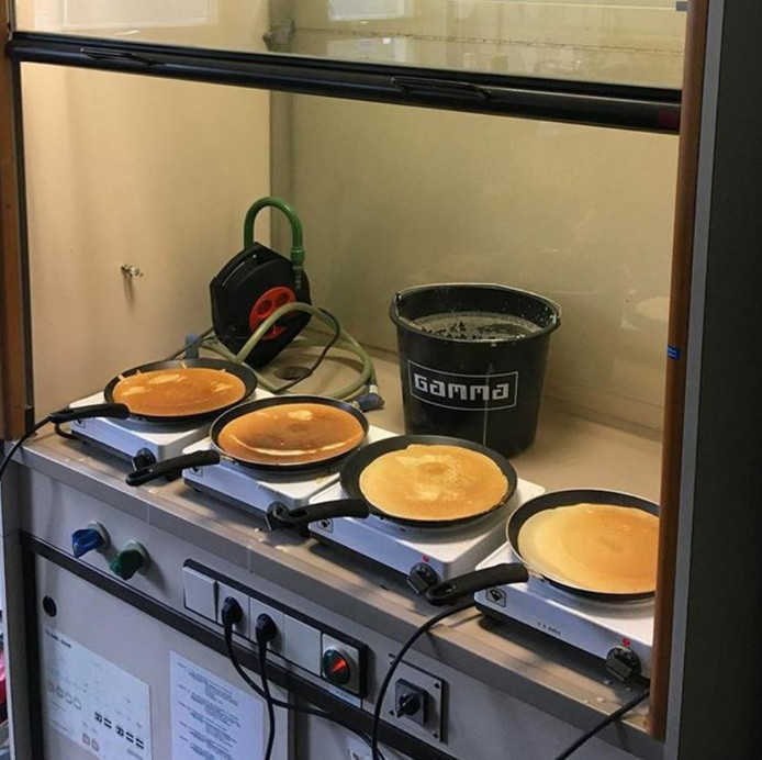 Bij de TU Delft worden op vrijdagmiddag pannenkoeken gebakken.