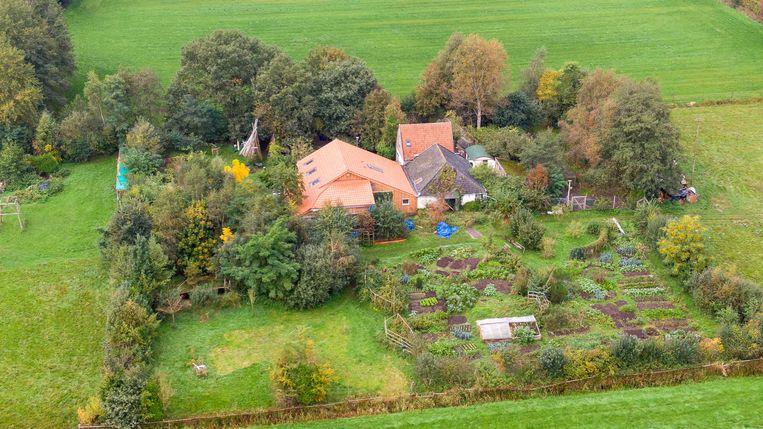 Een dronefoto van de boerderij aan de Buitenhuizerweg in Ruinerwold. Beeld ANP