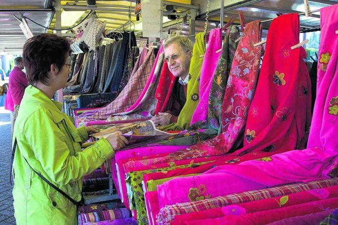 Stoffen kijken op de markt in Winterswijk. Foto: Theo Kock