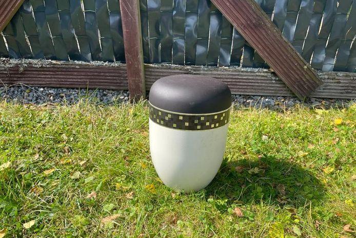 Il ne reste aux enfants que l'urne ornementale vide.