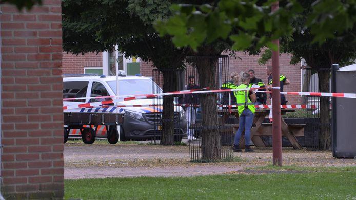 Politie bij het asielzoekerscentrum in Winterswijk na de steekpartij.