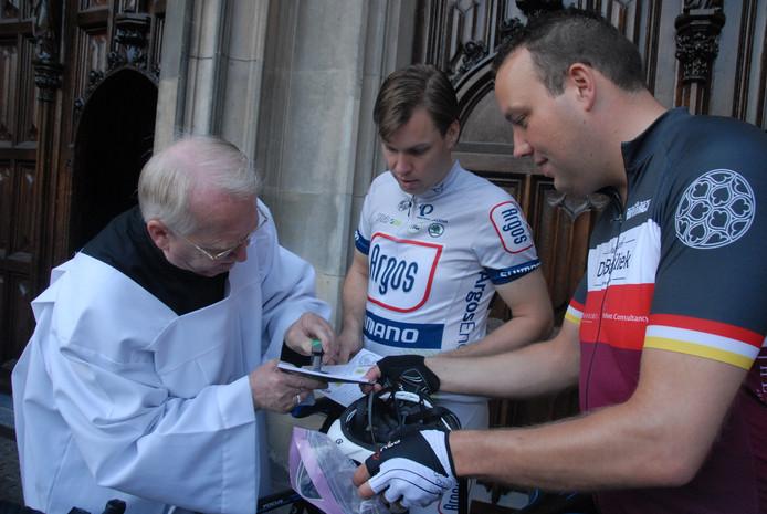 Koster Nico van de Ven nam het stempelen van de pelgrimspaspoorten voor zijn rekening. Freek van Genugten en Patrick Kuis keken verwonderd toe.