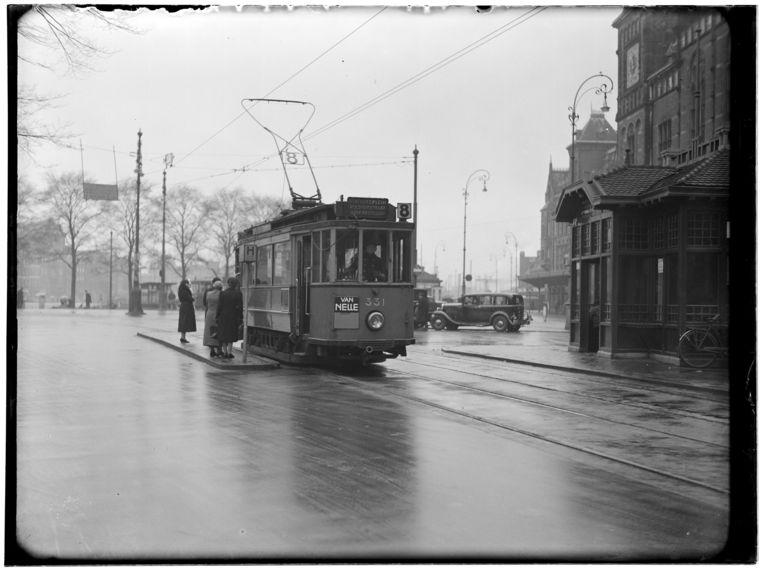 Tramlijn 8 voor het Centraal Station op het Stationsplein. Route: Centraal Station-Noorder Amstellaan (Churchill-laan). Beeld Stadsarchief Amsterdam