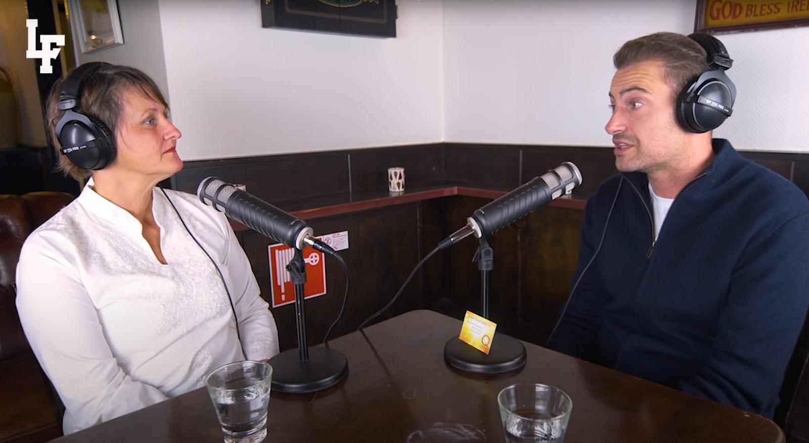 Rapper Lange Frans en 'graancirkelspecialiste' Janet Ossebaard tijdens hun podcast