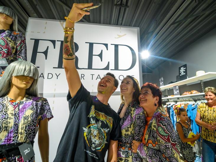 Stylist Fred van Leer adviseert zestig vrouwen in Bodegraven over zomerkleding-keuze