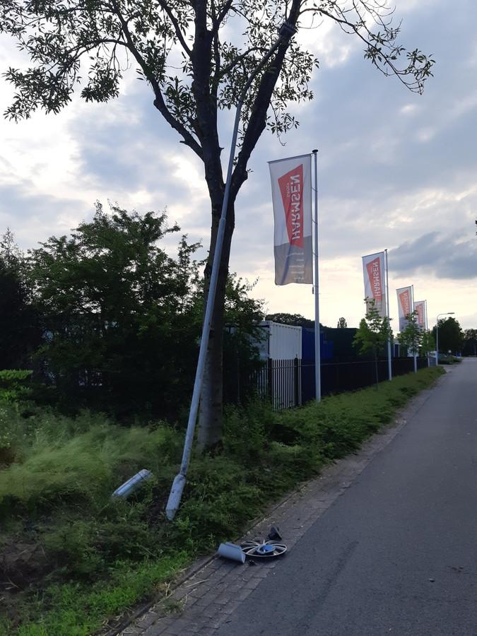 Op de Ambachtsweg in Lemelerveld werd een lantaarnpaal uit de grond gereden door een blauwe Ford Mondeo MK3.