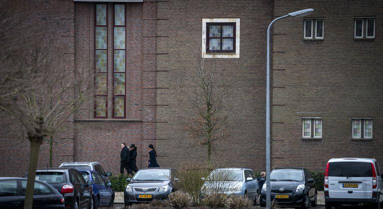 Kerkgangers op weg naar de kerkdienst op Goede Vrijdag op Urk.  Beeld ANP