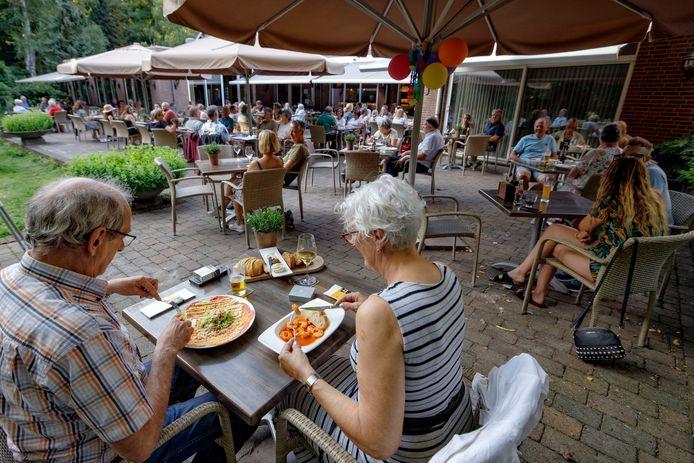Gezellige drukte op het terras van restaurant Duinrand.
