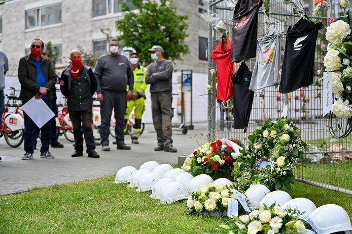 """De witte helmen """"van onschuld"""" worden symbolisch op de rouwplek neergelegd."""