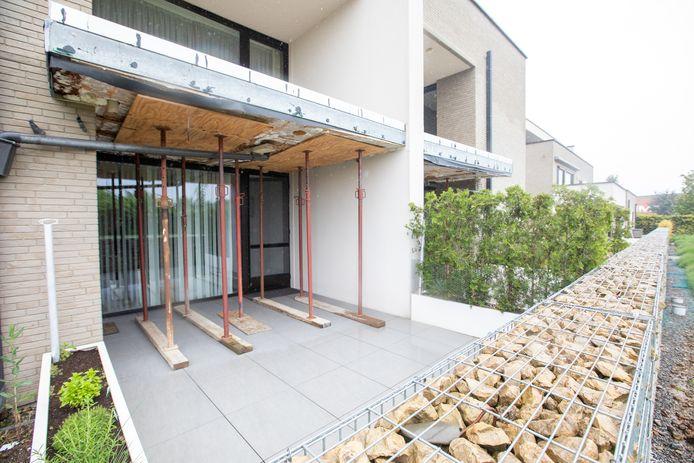 Het appartementencomplex op de Luikersteenweg in Sint-Truiden, dat al na zes jaar door en door rot is doordat de houten panelen waaruit het gebouw werd opgetrokken wekenlang in de regen gestockeerd lagen.