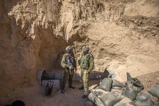 Israëlische militairen aan de ingang van een Hamastunnel.