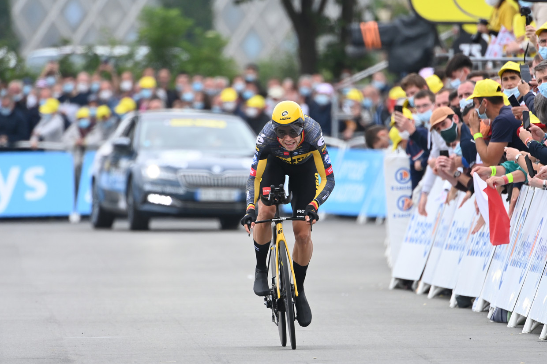 Zwoegend rijdt Wout van Aert (Team Jumbo-Visma) naar de meet in Laval. Beeld BELGA